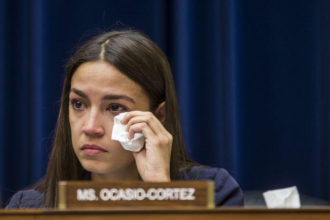 新秀國會議員歐凱秀-柯提茲指控,眾院議長波洛西專找「有色人種女議員」的麻煩。(Getty Images)