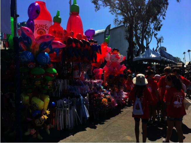各式玩具氣球吸引小朋友們駐足。(本報資料照片)
