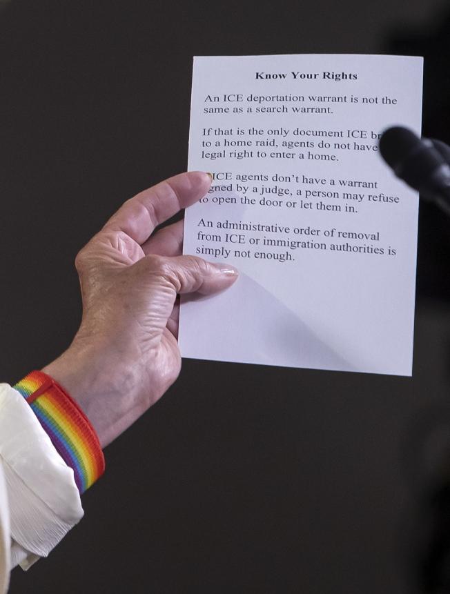 國會眾院議長波洛西說,遣返令不是搜查令,無權強制進入屋內。她並提出具體建議,教無證移民怎樣躲避移民官員。(歐新社)