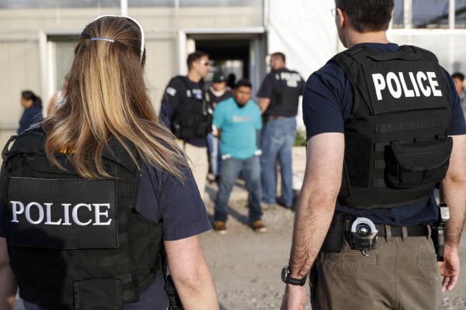 ICE預告,將於14日在美國十個城市驅趕已有遣返令的無證移民。圖為執法人員在俄亥俄州突擊逮捕無證移民的資料照片。(美聯社)