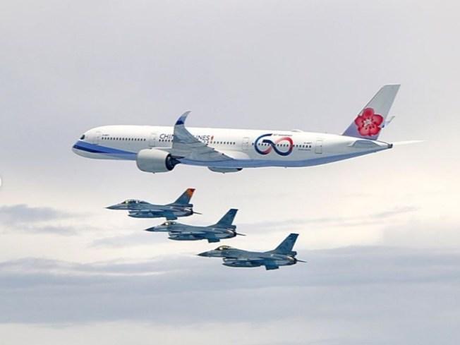 蔡英文總統11日啟程出訪加勒比海友邦,她在Instagram發文表示「我正在自由民主永續之旅的路上!」並分享空軍出動四架F-16戰機伴飛的照片。(取自蔡英文IG網頁)