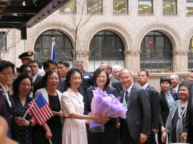 蔡英文總統過境美國,美東時間11日下午抵達紐約,許多台僑到蔡英文下榻飯店歡迎。(特派記者張加╱攝影)