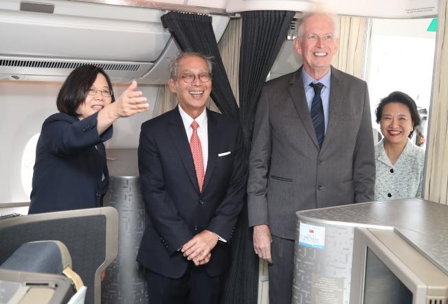 蔡英文總統(左)出訪加勒比海友邦,過境美國紐約,美國在台協會主席莫健(右二)、駐美代表高碩泰(左二)等人上專機迎接蔡英文。(中央社)
