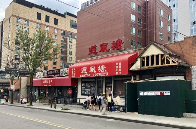 王子街上的一排中餐廳日前全部關門,但很快又有兩家新店進駐。(記者朱蕾/攝影)