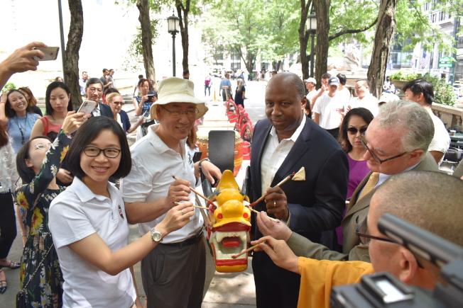 第29屆紐約香港龍舟節訂於8月3日、4日舉辦,主辦方於11日在曼哈頓中城為龍舟點睛,前左一為朱瑞雯,前左二是萬三權。(記者顏嘉瑩/攝影)