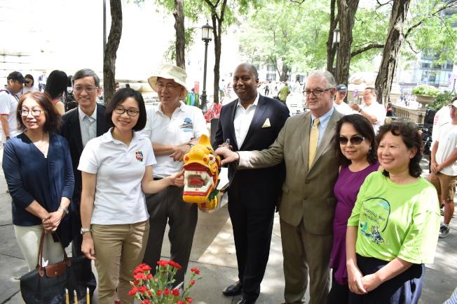第29屆紐約香港龍舟節訂於8月3日、4日舉辦,主辦方於11日在曼哈頓中城為龍舟點睛。(記者顏嘉瑩/攝影)
