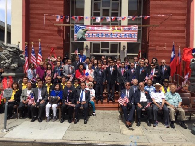 洛杉磯台北經濟文化辦事處處長朱文祥、副處長翁桂堂以及多位華裔民選官員參加升旗儀式。(記者楊青╱攝影)
