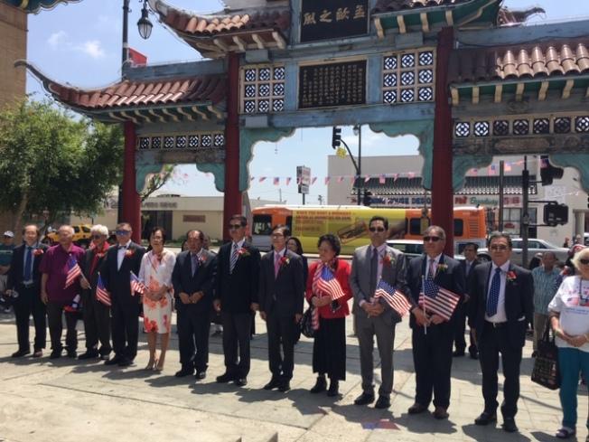 傳統僑社代表獨立紀念日當天前往洛杉磯華埠中山廣場,向國父銅像獻花。(記者楊青╱攝影)
