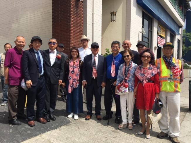 僑界代表身穿星條旗製作的服裝、領帶、領結、圍巾和帽子,表達對美國的熱愛。(記者楊青╱攝影)