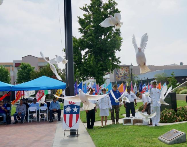 南加州中國大專院校聯合校友會日前在蒙特利公園市政府前舉行「七七抗戰82周年紀念大典」,並釋放和平鴿。(記者陳開╱攝影)