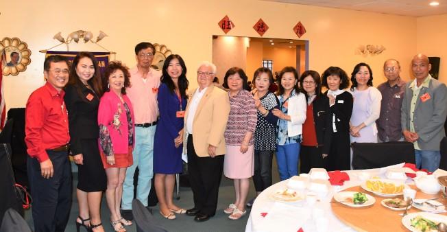 在國際獅子會第四區L4前區域總裁Matt Hunyadi主持下,橙縣華人獅子會新任理事團隊宣誓就職。(黃淑芳提供)