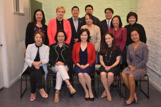 亞裔家援服務處同仁與籌款晚宴主要贊助商代表共同支持21日的籌款晚宴。(記者黃少華/攝影)