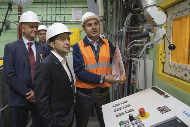 烏克蘭新任總統澤倫斯基前往車諾比核災事故現場。(美聯社)