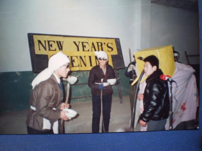 作者把《瞎子摸象》改編成短劇,作為課外活動的內容讓學生演出。