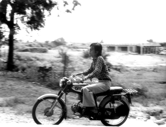 作者三十幾年前,騎著Honda在西貢郊區的照片。