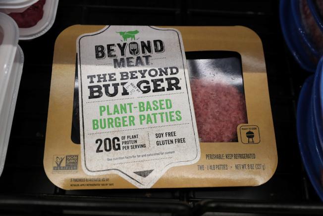 Beyond Meat使用豌豆分離蛋白粉製作人造肉漢堡排。(路透)