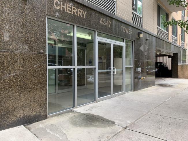 華裔女童唐Annabelle11日晚自五樓客廳的窗邊不慎墜落,重摔在公寓樓一樓的車道上身亡。(記者賴蕙榆/攝影)