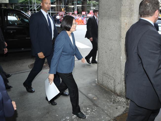 台總統蔡英文出訪友邦過境紐約。12日下午出席赴哥倫比亞大學與學者、學生對談。有中國抗議人士在對街喊口號表達立場。(中央社)