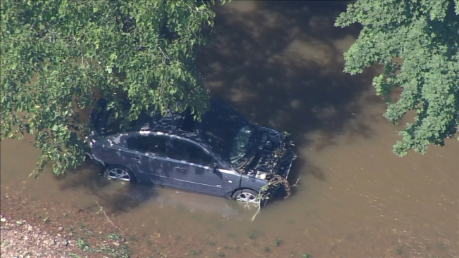 暴雨和強風導致賓州被困車中的孕婦史奈德與八歲兒子被洪水沖走喪生。圖為在馬納托尼溪發現該車。(費城6abc電視台截圖)