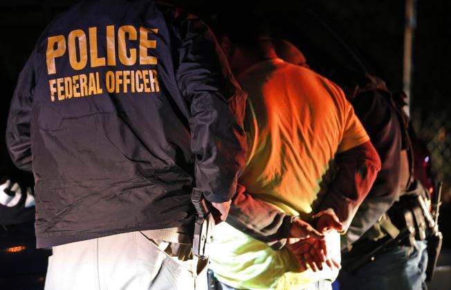 民主黨籍紐約州參議員吉納瑞斯公布供移民參考的緊急因應手則,提醒民眾萬一聯邦移民及海關執法局探員突然出現在門口,必須保持冷靜,不必開門。(美聯社)