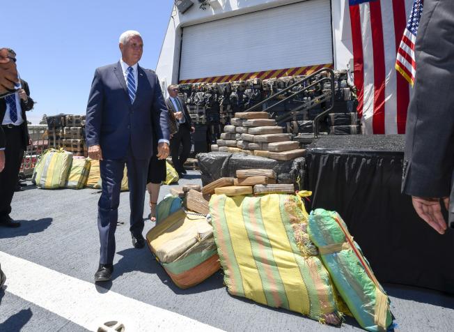 副總統潘斯在加州巡視海岸防衛隊,看到海防隊截獲的大批古柯鹼毒品。(美聯社)