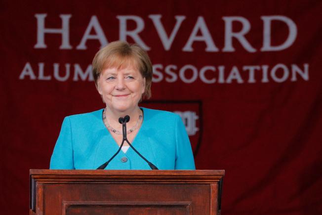 德國總理梅克爾5月底應邀在哈佛大學畢業典禮做專題演講,她鼓勵畢業生勇於夢想、擁抱變革,大膽走出來。(路透)