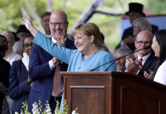 德國總理梅克爾5月底應邀在哈佛大學畢業典禮做專題演講,她鼓勵畢業生勇於夢想、擁抱變革,大膽走出來。(美聯社)