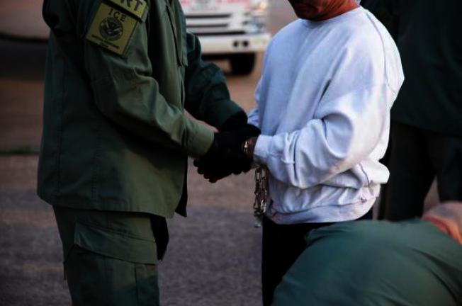 ICE遣返柬埔寨籍非法移民。(ICE提供)
