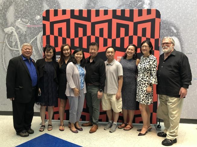 圖為波士頓亞裔電影節答謝支持者放映會前,馬泰(左五)與部分出席嘉賓合影。(記者劉晨懿之╱攝影)