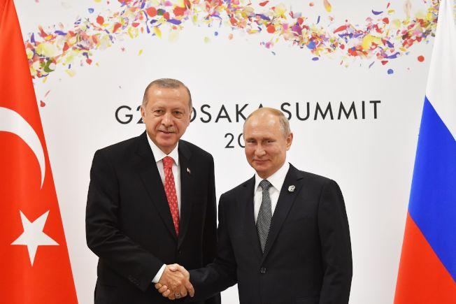 土耳其不理會美國警告,向俄國購買防空飛彈系統。圖為土耳其總統厄多安(左)6月底在G20大阪峰會與俄國總統普亭(右)會談。(Getty Images)