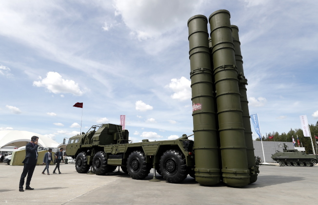 俄製S-400飛彈防禦系統日前在莫斯科軍火展亮相。(歐新社)
