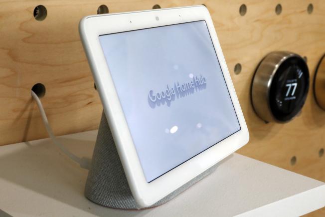 谷歌承認,世界各地第三方承包商能透過手機或智慧喇叭,定期聽取人工智慧語音助理錄下的談話內容。(美聯社)