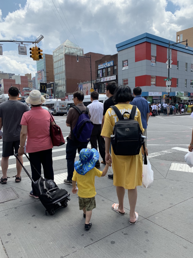 暑假來臨、夏天戶外活動漸多,家長帶領孩子過馬路時需緊牽孩童手。(記者賴蕙榆/攝影)