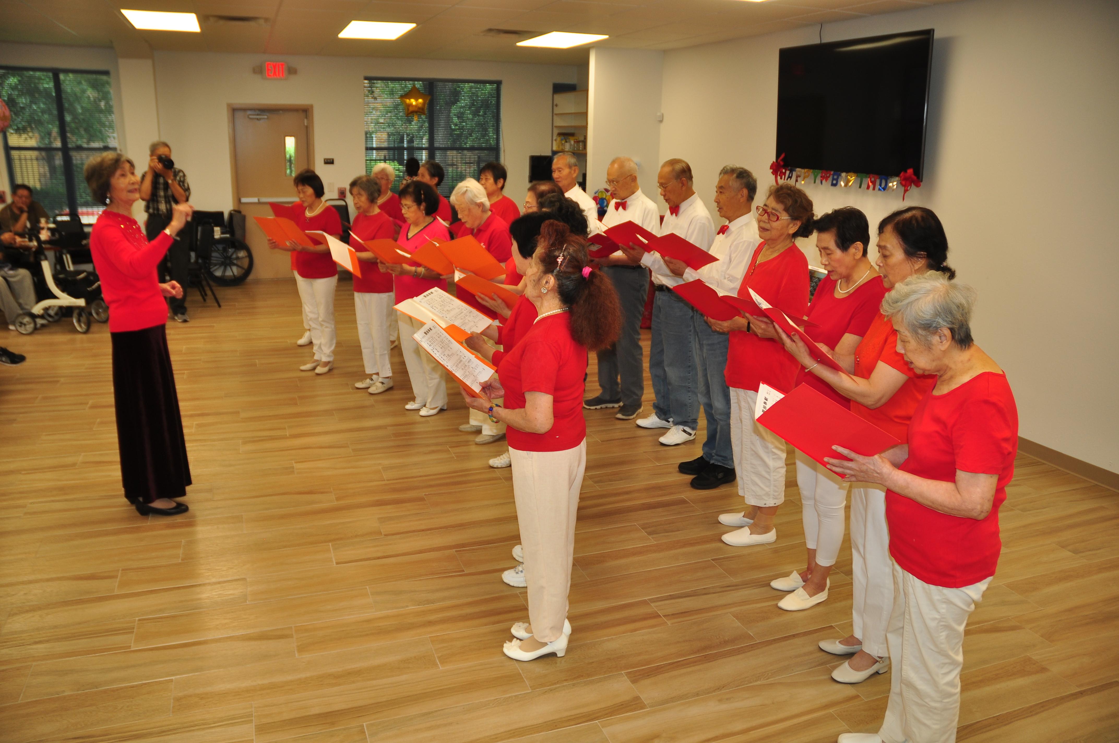 長樂活動中心自組的合唱團,每當有活動,總是第一個出場表演的團體。