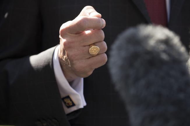 勞工部長艾柯斯塔揮拳說,他不願自私的戀棧這個職位。艾柯斯塔手上戴的是哈佛大學的畢業戒指。(美聯社)