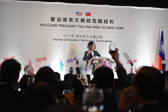 蔡英文12日晚間參加僑宴,受到僑胞歡迎。(記者顏嘉瑩/攝影)