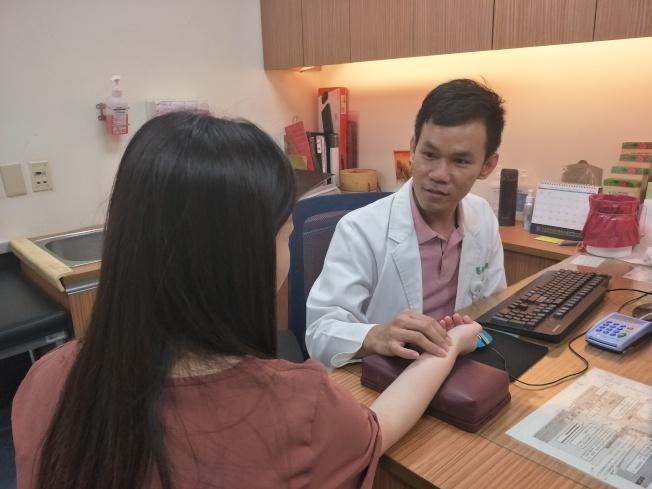 童綜合醫院中醫科醫師陳建雄指出,許多第二型糖尿病患者早期沒有明顯症狀,加上對自身健康忽略,沒有定期健康檢查,等到症狀變嚴重,才驚覺罹病。(情境圖/童綜合醫院提供)