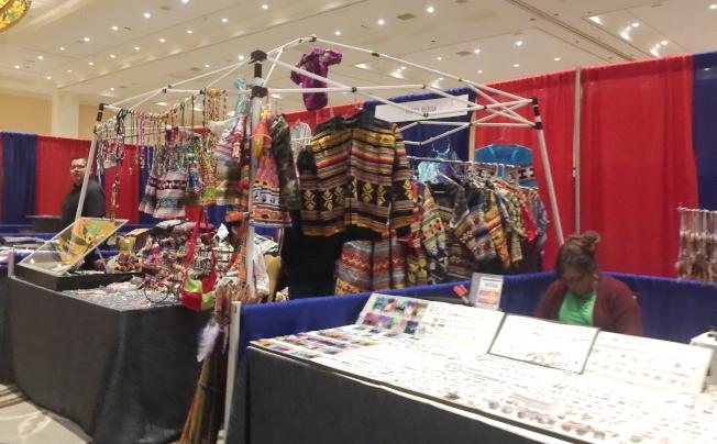 2019 Unity年會的現場有部落服飾和紀念品展售。(記者陳文迪/攝影)