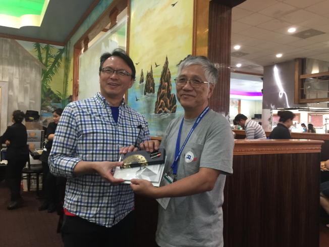 在餐會中,原聲教育協會海外代表車和道(右)頒發紀念品給錢冠州。(記者陳文迪/攝影)