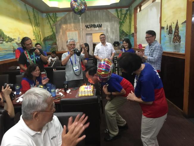 在餐會中,一併為剛過生日的王成章慶生。(記者陳文迪/攝影)