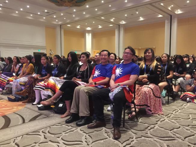 2019 Unity年會的文化展演中,駐邁經文處長錢冠州(右一)與僑務委員王成章(右二)均到場。(記者陳文迪/攝影)