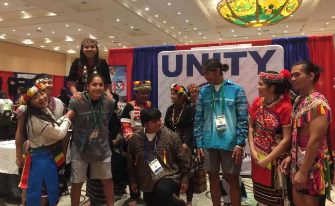 很多部落族青年特別要求台灣原住民青年讓他們扮演新郎。(記者陳文迪╱攝影)