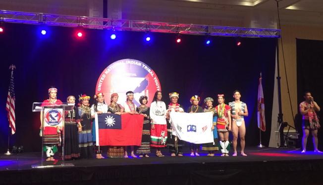 2019 Unity年會的文化展演後,UNITY的執行主任Mary Kim Titla(右六)與LUMA台灣原住民青年團員合影。(記者陳文迪/攝影)