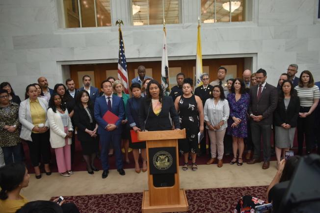 市長布里德聯同眾多官員和移民權益機構代表,呼籲移民社區要做好準備來應對聯邦執法。(記者黃少華/攝影)