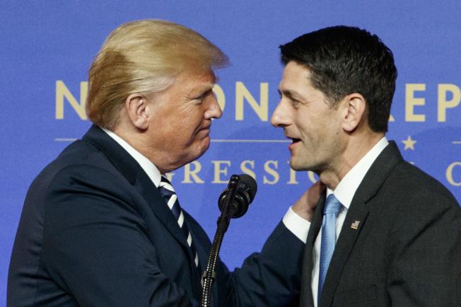 川普總統與前任眾院議長萊恩(右)掀起罵戰,圖為2018年川普在共和黨國會委員會晚宴時,與萊恩親密互動。(美聯社)