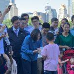 蔡英文訪紐約中央公園 與僑胞健走