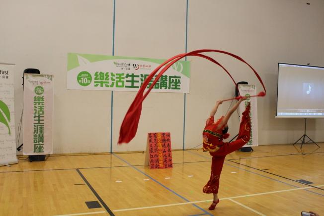 讲座开场前的儿童传统舞蹈表演。(记者张晨/摄影)