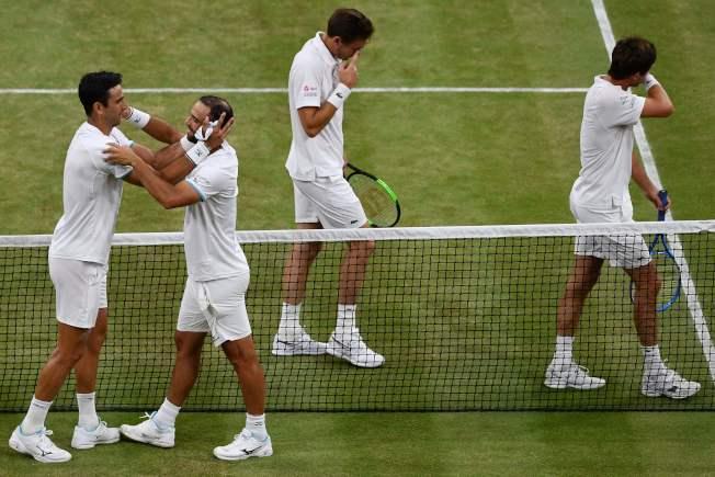 溫布頓網球賽男雙決賽,第2種子哥倫比亞組合卡巴爾(左二)和法拉(左)今天鏖戰將近5小時,力克法國組合,贏得首座大滿貫賽男雙冠軍。(Getty Images)