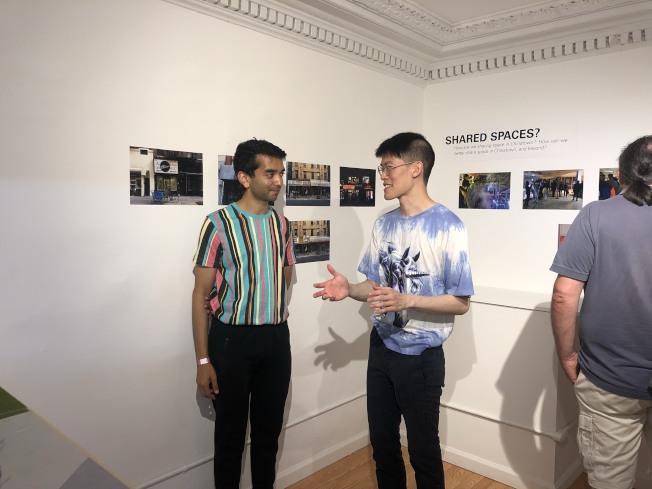 潘永聰(右)和參展民眾交流。(記者張晨/攝影)