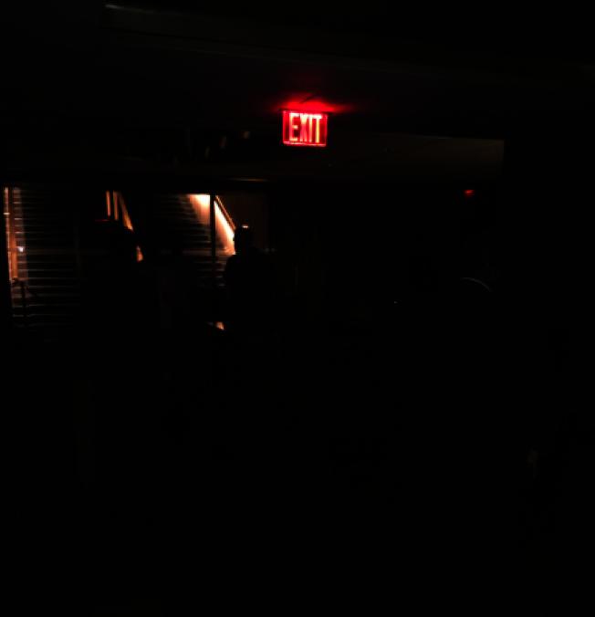 曼哈頓多棟大樓內部只剩緊急照明燈亮著。圖取自推特